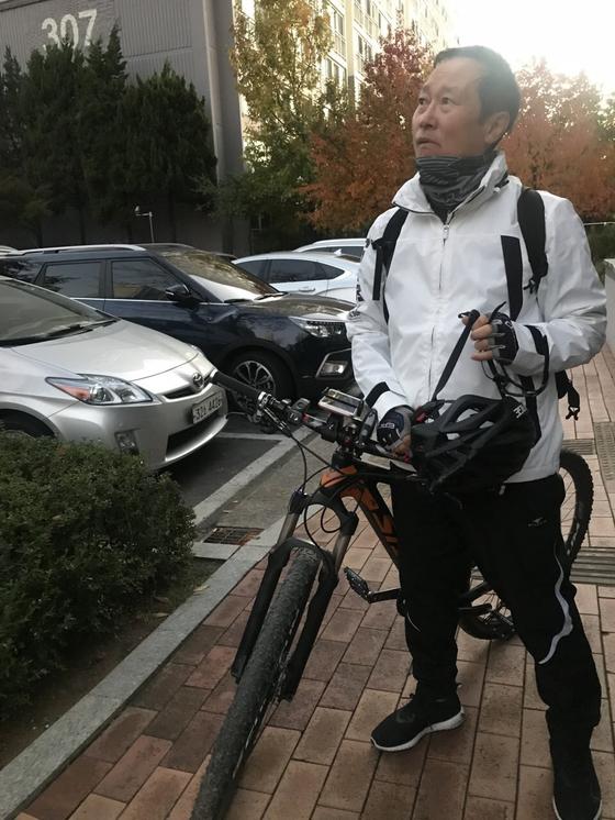 """홍영표 민주당 원내대표가 지난해 10월 30일 인천 부평 집에서 서울 여의도 국회까지 자전거로 출근하고 있다. 홍 원내대표는 """"운동을 좋아하지만 요즘은 바빠서 할 시간이 없다""""고 말했다. [사진 홍영표 의원실]"""