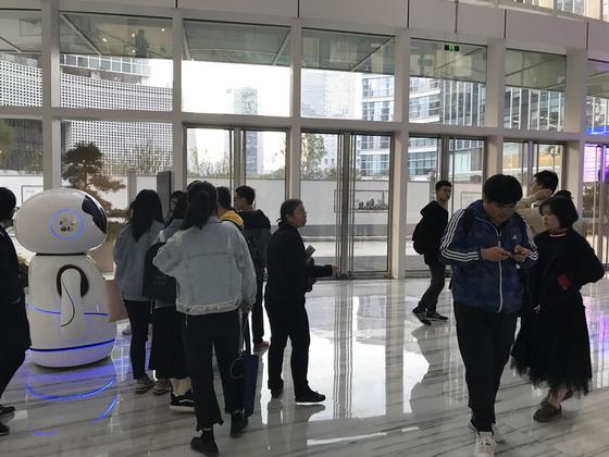 바이두 기술연구소 본사 로비에는 인공지능(AI) 로봇이 길을 안내한다. 선전 = 문희철 기자