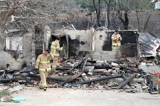 6일 강원도 강릉시 옥계면 천남리 산불 화재현장에서 소방대원들이 잔불을 확인하고 있다. [뉴스1]