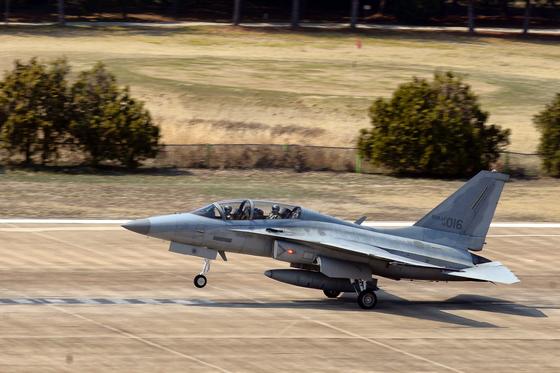 지난 3일 8전투비행단에서 비상 출격 명령을 받은 FA-50 전투기가 긴급하게 이륙하고 있다. [사진 공군 제공]