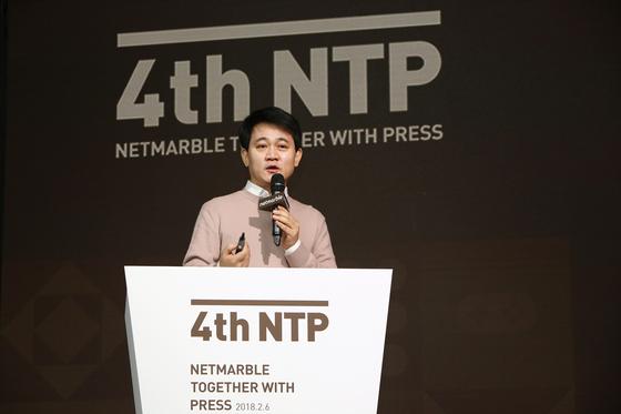 지난해 2월 서울 신도림동 쉐라톤서울 디큐브시티호텔에서 열린 '제4회 넷마블투게더 위드 프레스(NTP)' 행사에서 방준혁 넷마블 의장이 인공지능(AI)의 효용에 대해 설명하고 있다. [사진 넷마블]