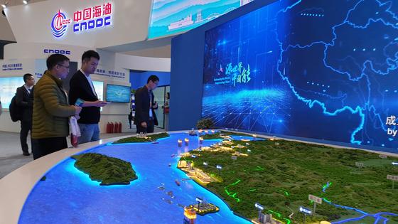 중국 상해에서 열린 LNG 2019 전시장에 마련된 중국해양석유총공사 부스 전경. 미세먼지 등 환경 이슈로 중국 정부는 석탄 사용을 줄이고 천연가스 소비를 늘리는 정책을 펴고 있다. 강기헌 기자