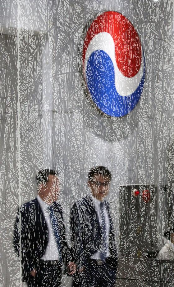 대한항공은 조양호 회장이 8일 숙환으로 별세했다고 밝혔다. 사진은 이날 오전 서울 서소문 대한항공 1층 일우재단 전시장 유리에 비친 로비 모습. 강정현 기자
