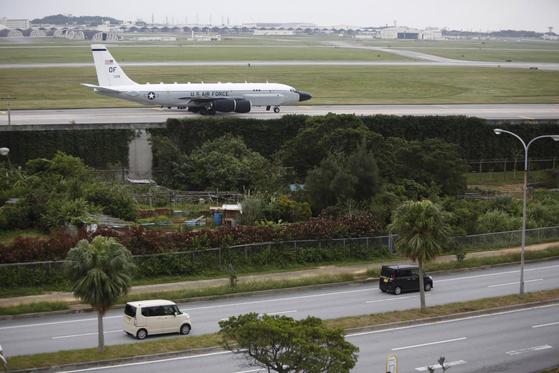 지난 2016년 1월 7일 미 공군의 RC-135S 코브라볼이 오키니와의 가네다 공군 기지로 복귀해 활주로에 착륙하고 있다. 북한은 하루 전날인 6일에 4차 핵실험을 실시했다. [AP=연합]