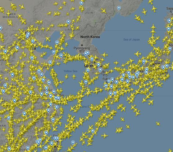 2019년 4월 6일 오후 12시 30분 현재 플라이트레이더24에 나타난 한반도와 주변 상공. 북한 상공엔 항공기의 움직임이 전혀 없다. [플라이트레이더24 캡처]
