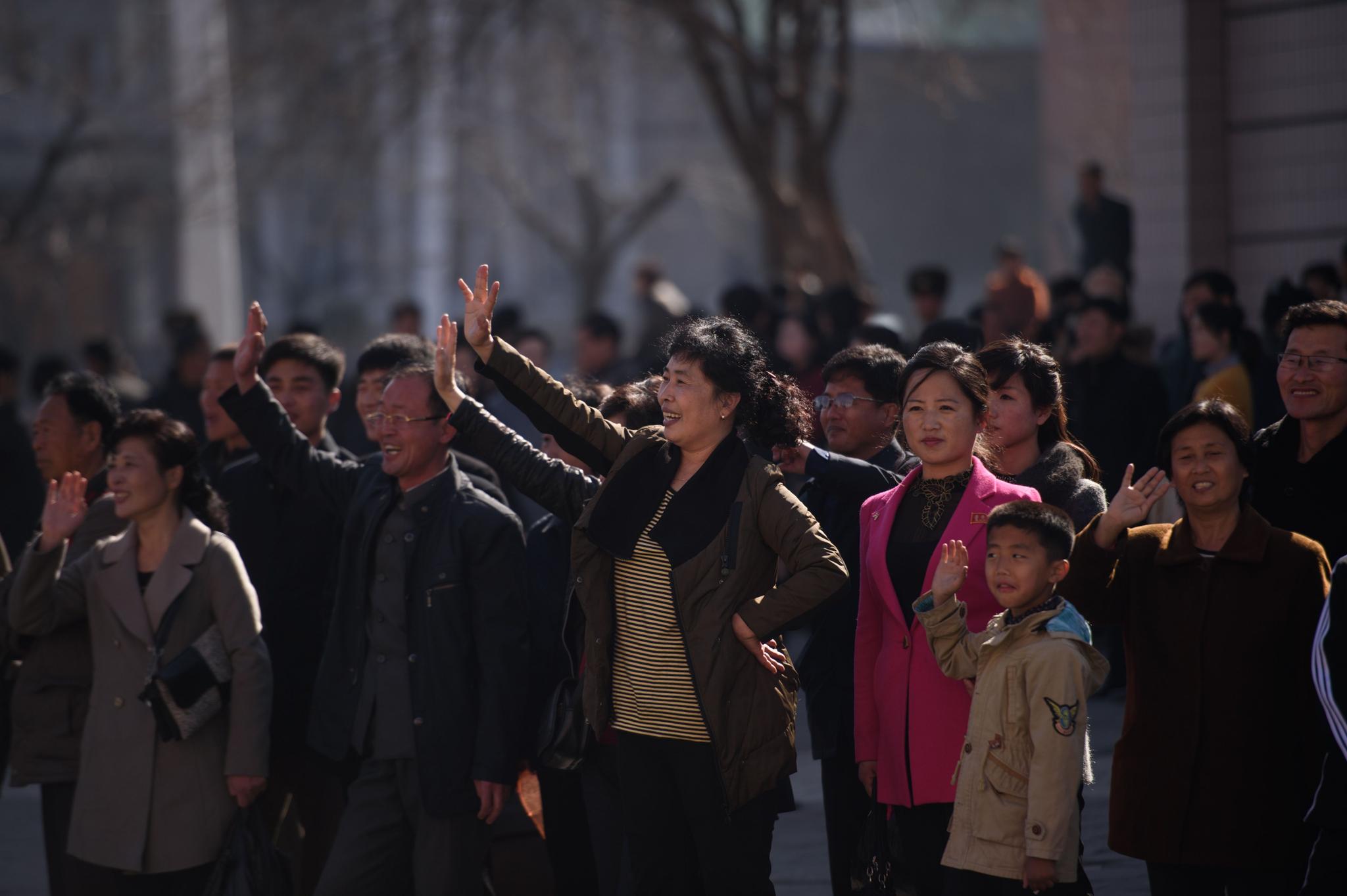 평양 시민들이 달리는 선수들에게 손을 흔들고 있다. [AFP=연합뉴스]
