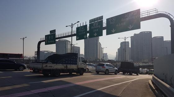4월 3일 오전 8시 출근시간대 판교TG를 지나 판교테크노밸리로 향하는 차량 행렬. 판교=박민제 기자