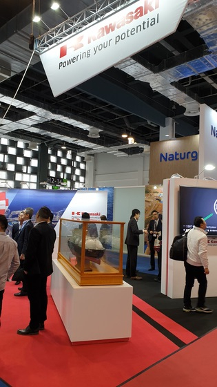 중국 상해에서 열린 LNG 2019에 참가한 일본 조선사 카와사키의 부스 전경. 현장에선 한국과 일본 조선사의 LNG 운반선 수주전에 치열했다. 강기헌 기자