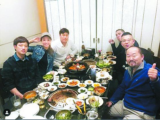 류현진(왼쪽 셋째)이 6일 아내 배지현씨 등과 미국 덴버의 한식당을 찾았다. [연합뉴스]