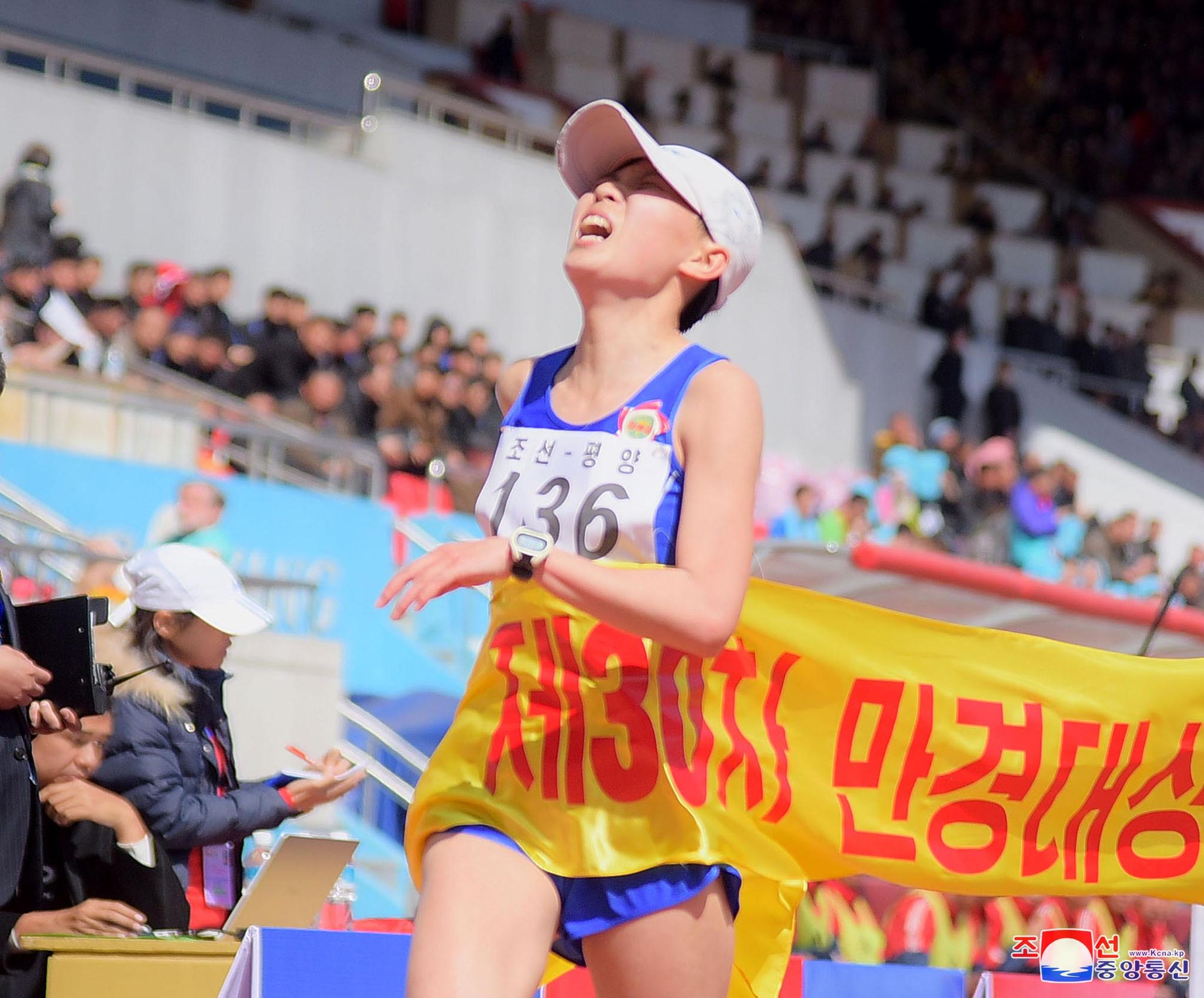 평양에서 열린 만경대상 국제마라톤 경기대회에서 한 선수가 골인점을 통과하고 있다. [조선중앙통신=연합뉴스]