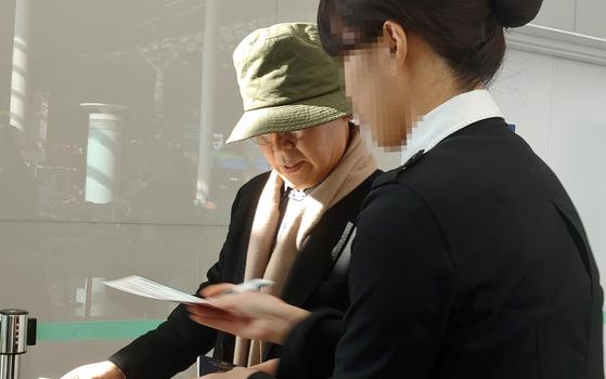 지난해 12월 17일 우윤근 주러시아 대사가 인천국제공항을 통해 러시아로 출국하고 있다. [뉴스1]