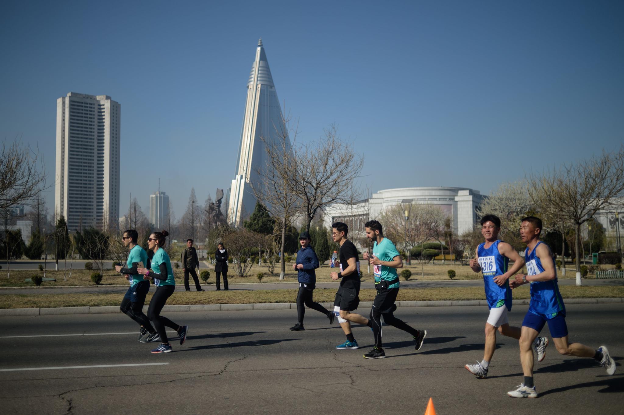 선수들이 유경호텔을 지나 평양 시내를 달리고 있다. [AFP=연합뉴스]