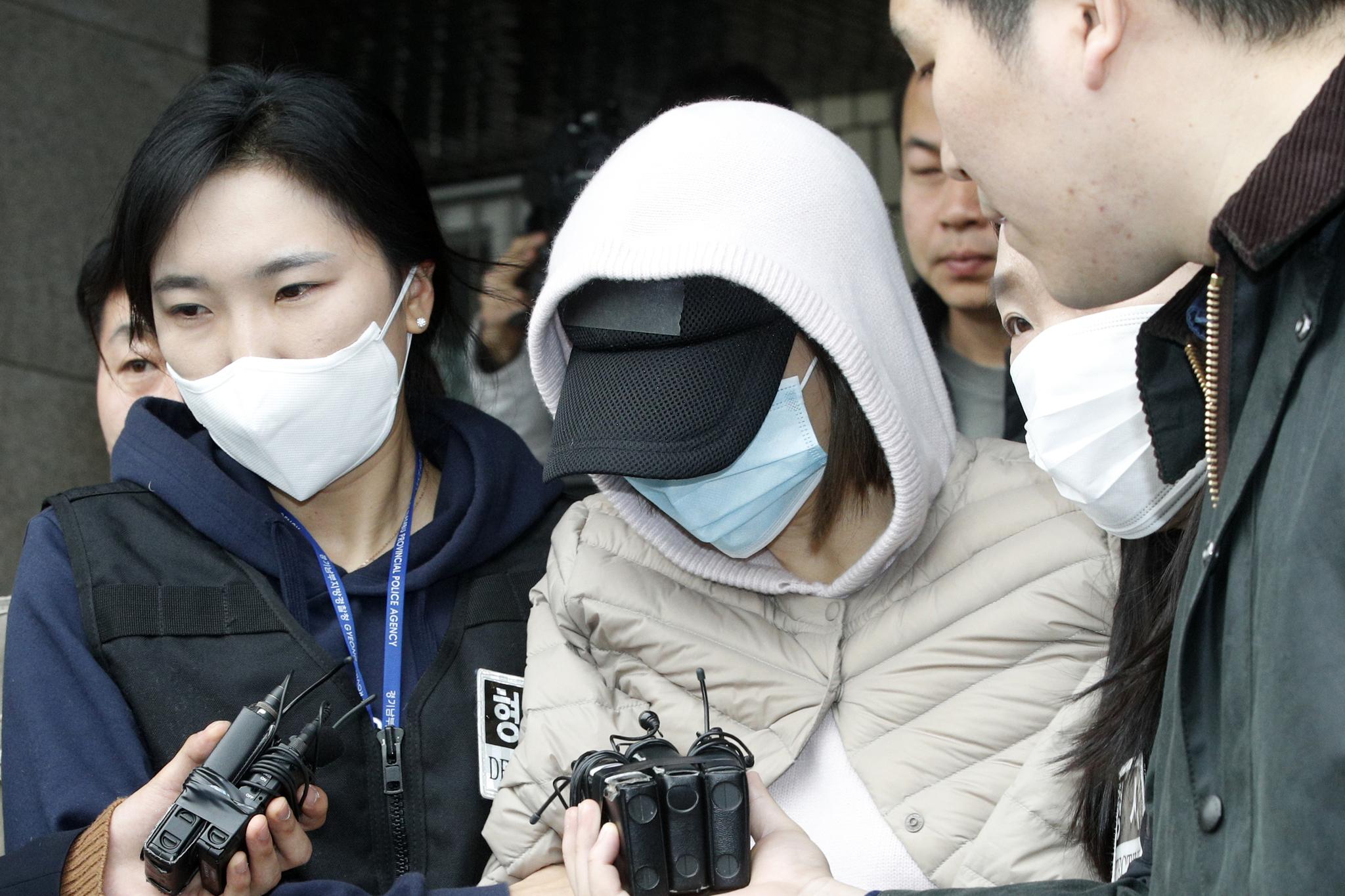 마약투약 혐의를 받고 있는 남양유업 창업주의 외손녀 황하나 씨가 6일 오후 경기 수원 영통구 수원남부경찰서에서 영장실질심사를 위해 수원지방법원으로 향하고 있다. [뉴스1]