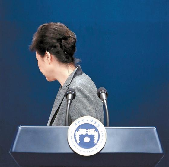 2016년 11월 29일 청와대에서 박근혜 대통령이 국정농단 사태에 대한 3차 대국민 담화를 한 뒤 돌아서서 나가고 있다. [중앙포토]
