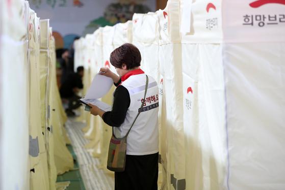 강원 고성·속초 일대 산불 이틀째인 5일 오후 고성 천진초등학교에 마련된 이주민 대피소에서 재난심리상담사가 서류를 살피고 있다.[연합뉴스]