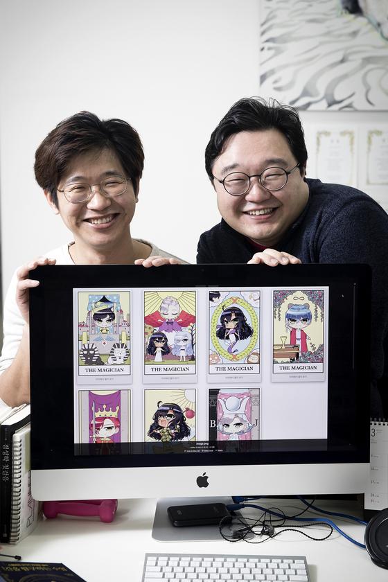 운세 어플 '포스텔러'의 공동 창업자인 심경진(사진 오른쪽) 대표와 김상현 대표가 포스텔러 속 캐릭터들을 보여주고 있다. 장진영 기자