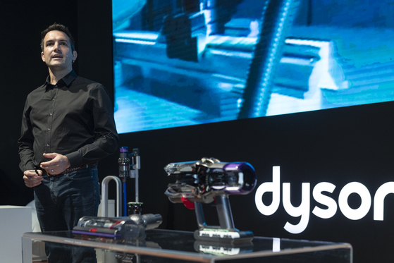 존 처칠 다이슨 무선청소기 사업부 부사장이 3일 신제품 공개 행사에서 발표하고 있다. [사진 다이슨코리아]