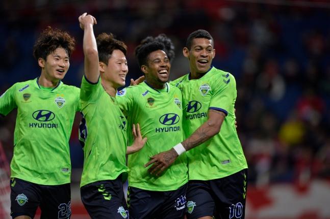전북 현대 아드리아노(오른쪽 둘째)가 9일 우라와와 아시아 챔피언스리그 경기에서 골을 터트린 뒤 팀동료들과 기쁨을 나누고 있다 [사진 전북 현대]