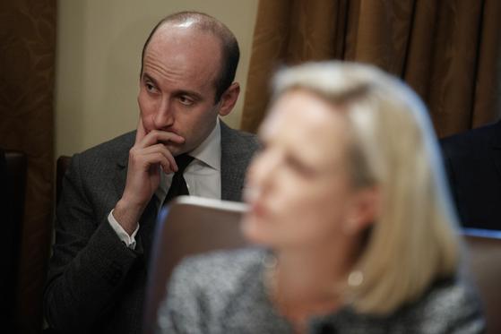 스티븐 밀러 백악관 선임정책보좌관이 지난 2월 2일 백악관 각료회의에서 7일 트윗 해고된 커스텐 닐슨 국토안보부 장관 뒷자리에 앉아 있다.[AP=연합뉴스]