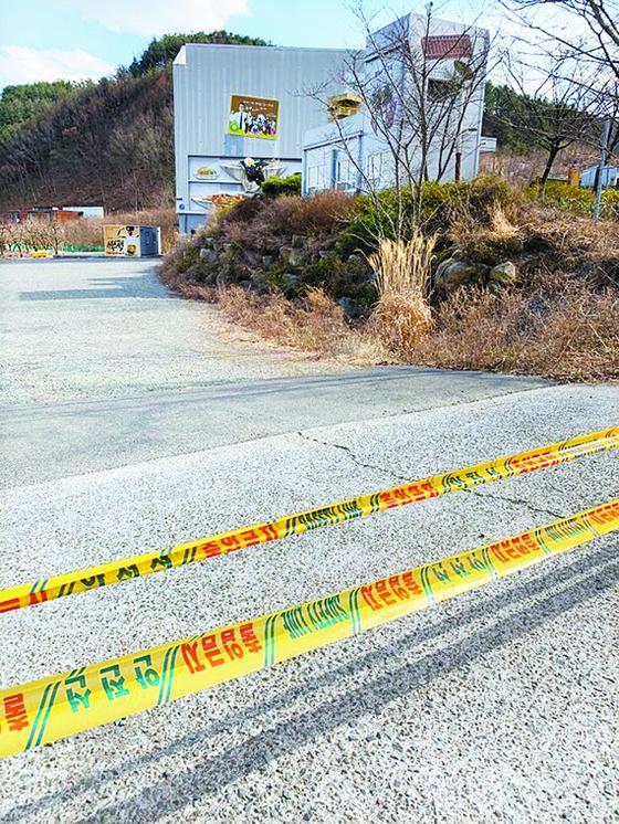 지난달 경북 청도 코미디철가방극장. 출입금지 테이프가 붙어 있거나 문이 부서져 있다. [김윤호 기자]