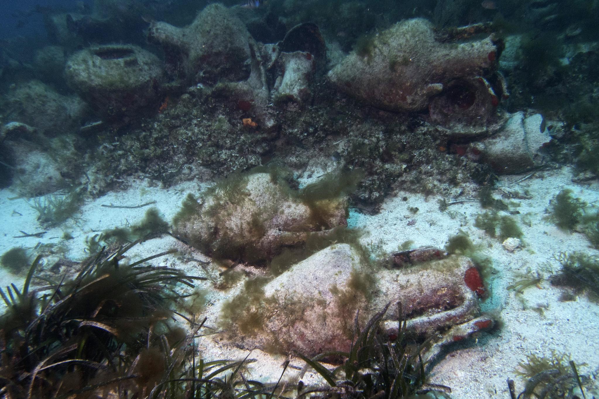 바다 속에 원형 그대로 보존되어 있는 고대 그리스 항아리와 꽃병. [AP=연합뉴스]