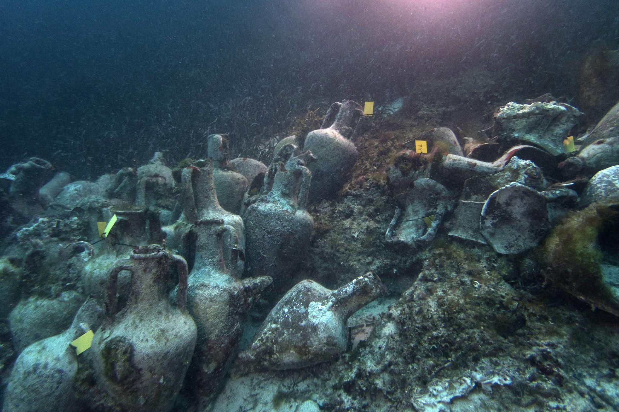 그리스가 처음 일반에 공개한 기원전 5세기에 침몰했을 것으로 추정되는 난파선에 실려 있던 도자기. [AP=연합뉴스]