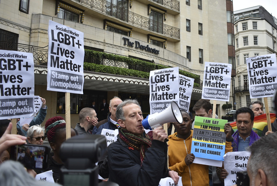 지난 6일(현지시간) 영국 런던 파크레인의 도체스터 호텔 앞에서 브루나이의 새 샤리아 형법에 반대하는 인권운동가들이 'LGBT(동성애자 등 성소수자)의 생명은 소중하다'는 피켓을 들고 시위하고 있다. 도체스터 호텔은 최근 동성애자 등에 대한 투석 사형을 도입한 브루나이 정부가 투자 운영하는 호텔 체인으로 알려져 있어 조지 클루니 등 저명인사들의 보이콧 대상이 되고 있다. [AP=연합뉴스]
