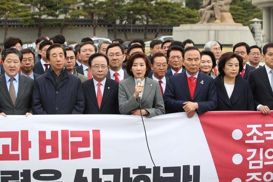 자유한국당 나경원 원내대표가 9일 오전 청와대 앞 긴급 비상의원총회에 참석해 발언하고 있다. 오종택 기자