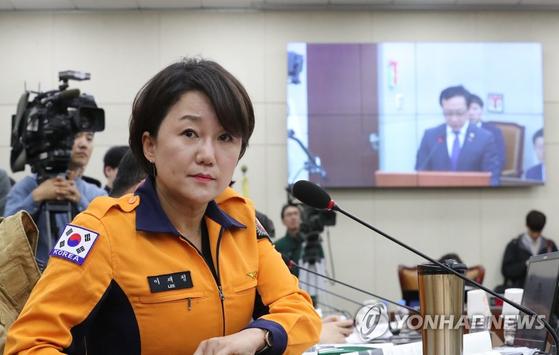 더불어민주당 이재정 의원이 9일 국회에서 열린 행정안전위원회 전체회의에 소방복을 입고 참석해 있다. [연합뉴스]