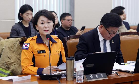이재정 더불어민주당 의원이 9일 서울 여의도 국회에서 열린 행정안전위원회 전체회의에 소방복을 입고 참석해 있다. 김경록 기자