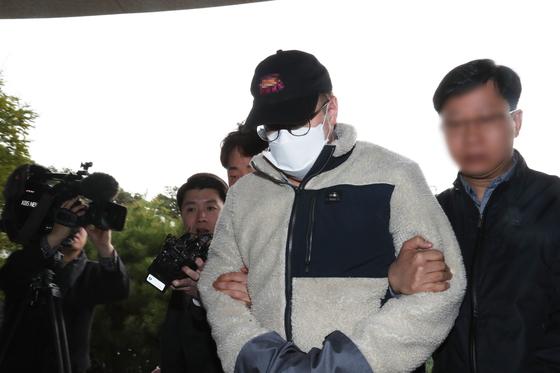 지난 8일 마약류 관리에 관한 법률 위반 혐의로 체포된 방송인 하일(미국명 로버트 할리) 씨가 9일 오전 경기도 수원시 경기남부지방경찰청에 조사를 받기 위해 압송되고 있다.[연합뉴스]