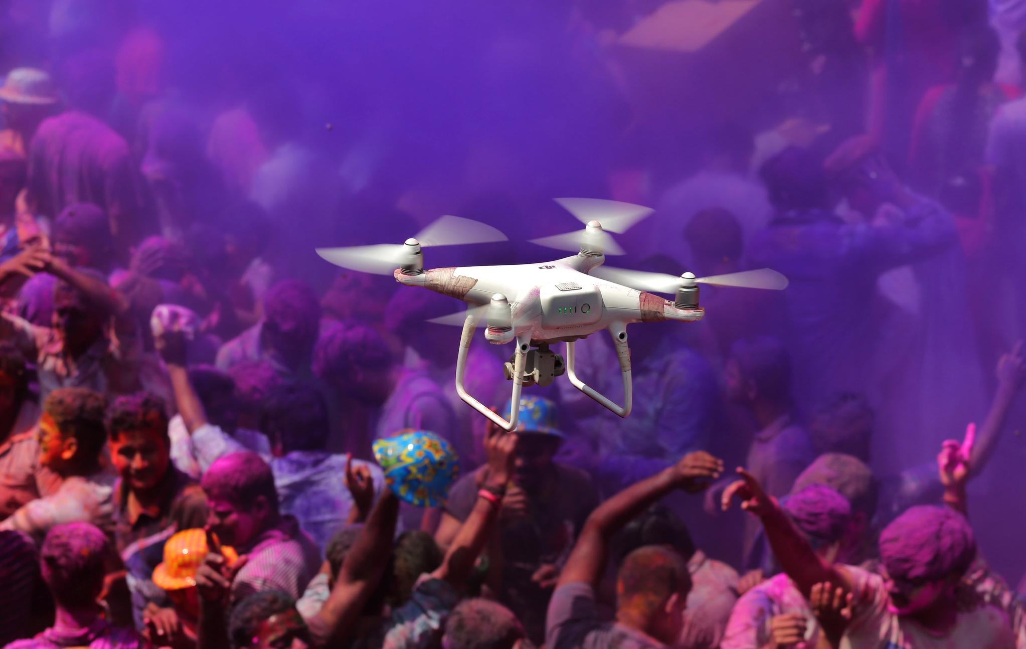 지난 3월 인도 콜카타의 한 힌두 사원에서 경찰 드론이 축제를 즐기는 사람들 위를 날며 테러에 대비하고 있다. [EPA=연합뉴스]