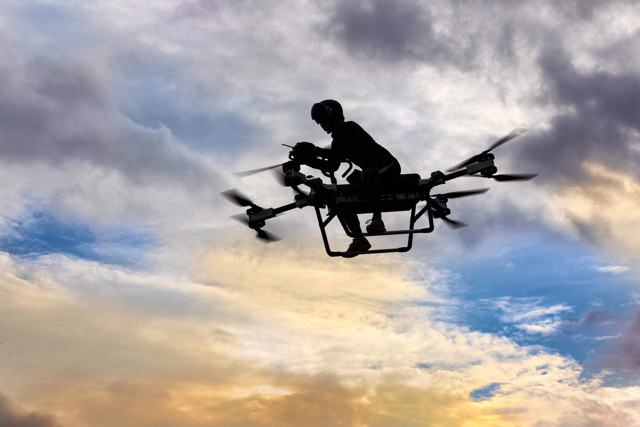 """중국 광둥성 둥관시에 거주하는 드론 기술자 자오 델리는 2년 전 비행 오토바이 개발에 착수해 시험비행에 성공했다. 비행 오토바이는 시속 70 ㎞로 최대 30분간 하늘을 날 수 있다. 비행 고도는 15m다. 가격은 5500~7200 달러 (약 621만원~813 만원)에 이를 것으로 보인다. 자오는 '비행 오토바이는 농약 살포나 군사용 목적으로 활용될 것"""" 이라고 말했다. [EPA=연합뉴스]"""