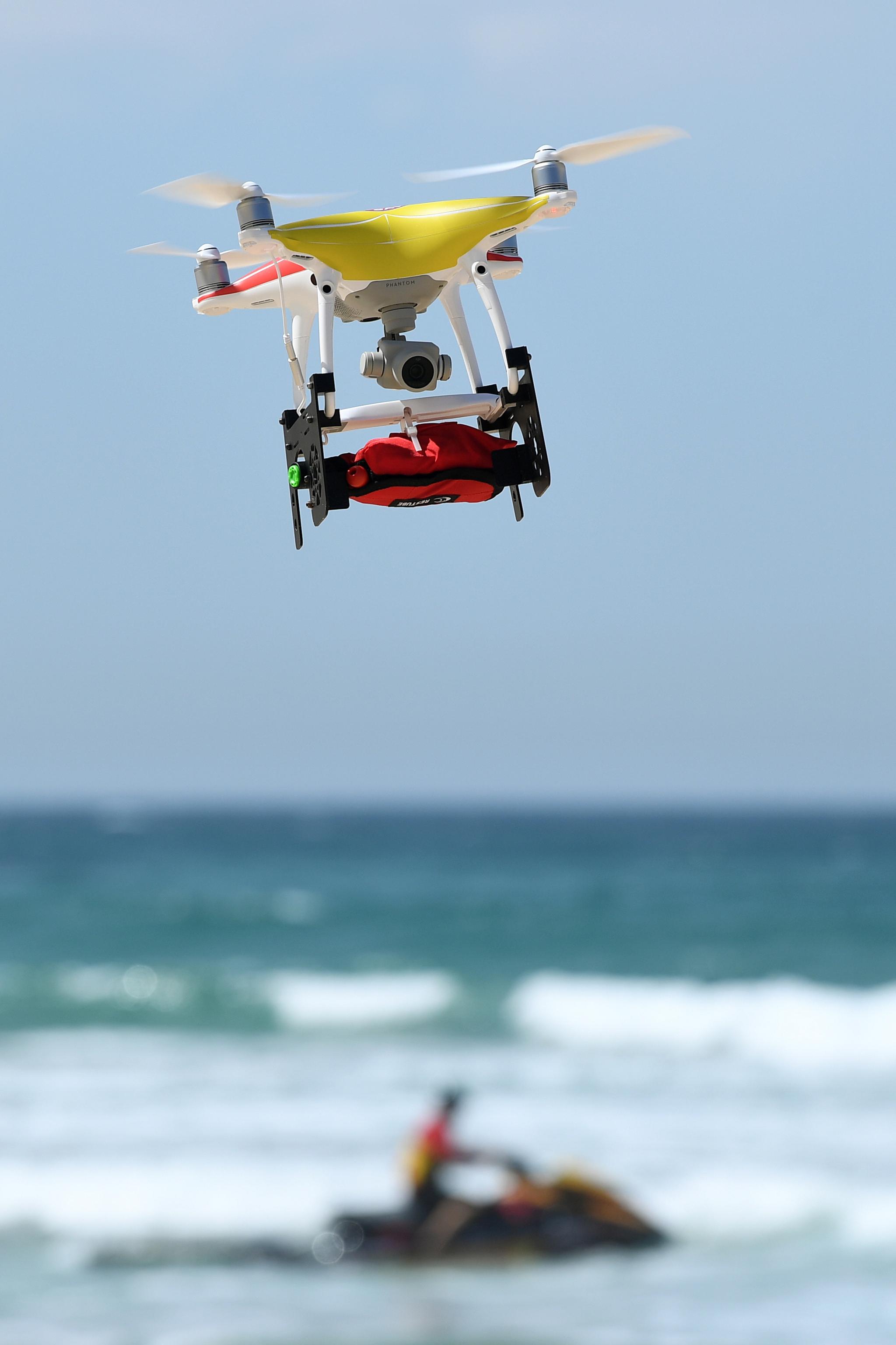 지난해 9월 호주 시드니 맨리비치에서 구명 동의를 실은 들론이 해변을 날고 [EPA=연합뉴스]
