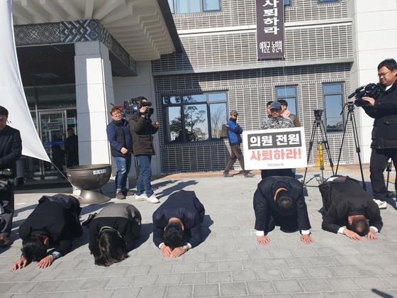 경북 예천군의회가 1일 본회의를 열어 해외연수 중 물의를 빚은 의원 2명을 제명했다. 본회의 후 군의원들이 사죄의 뜻으로 무릎을 꿇고 엎드려 있다. 예천=백경서 기자