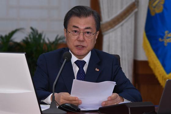 문재인 대통령이 9일 오전 청와대에서 열린 국무회의에서 모두발언을 하고 있다. [청와대사진기자단]