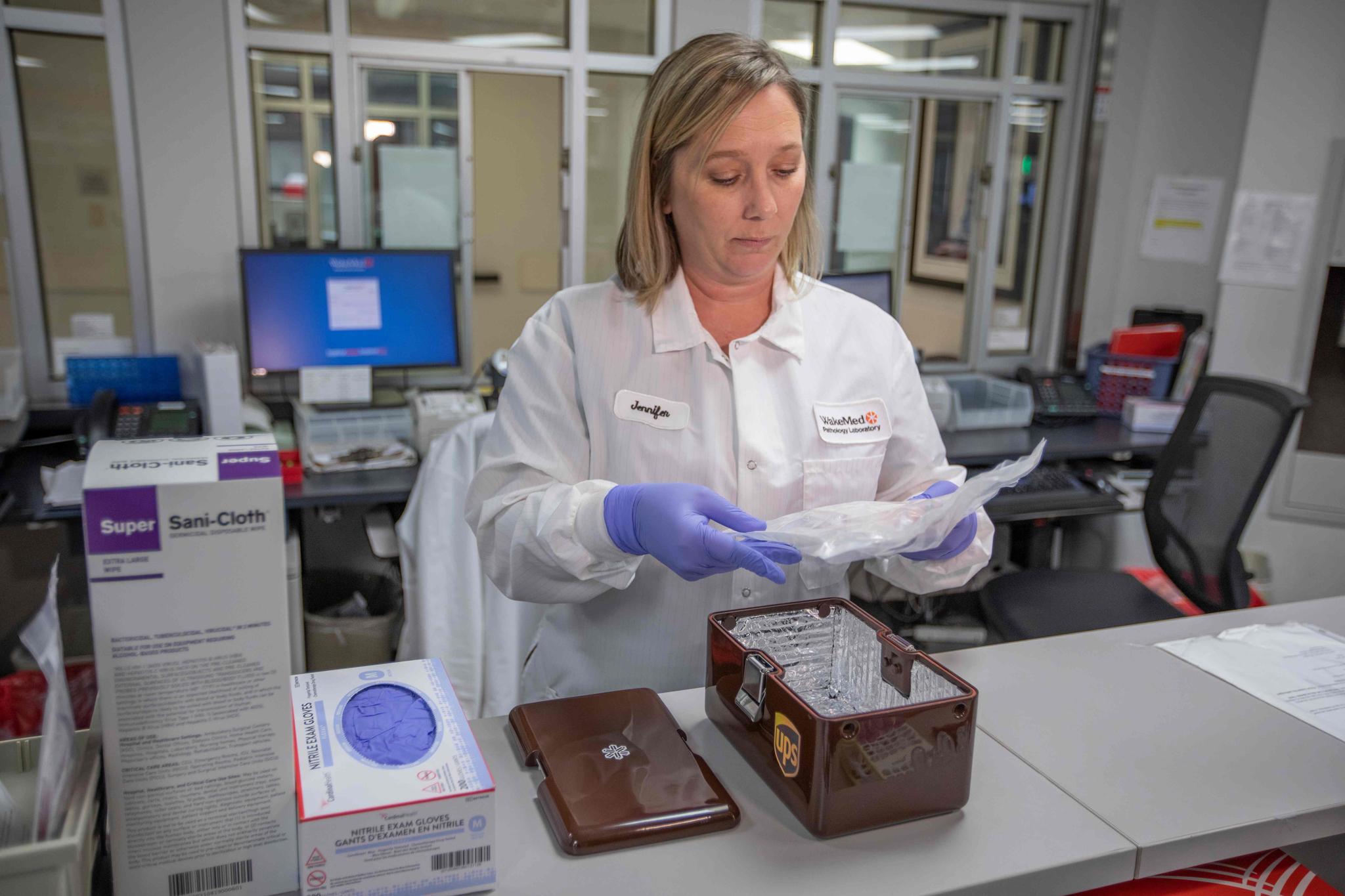 지난 3월 미국 노스캐롤라이나주 랄레이에 있는 웨이크메드 병원에서 한 연구원이 드론이 배송한 의료 샘플을 살펴보고 있다. [AFP=연합뉴스]