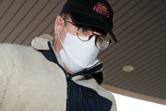 마약류 투약 혐의로 체포된 방송인 하일(로버트 할리·60)씨가 9일 오전 경기도 수원시 장안구 경기남부지방경찰청에서 조사를 위해 압송되고 있다. [뉴스1]