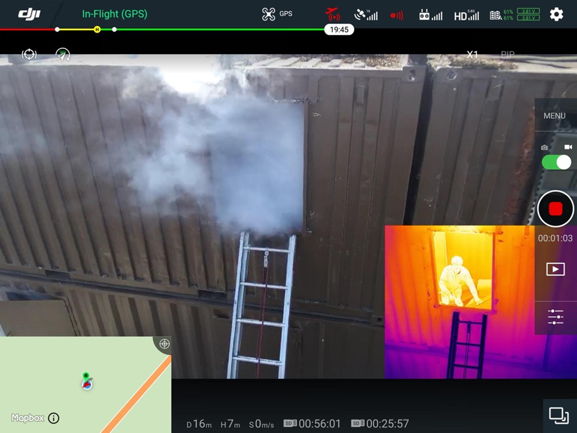 미국 캘리포니아주 멘로파크에서 DJI 드론이 훈련 중 촬영한 영상. 오른쪽 열영상 카메라에 잡힌 화면에 2층 연기가 뿜어져 나오는 창에 갇힌 사람의 모습이 나타나고 있다. [AFP=연합뉴스]