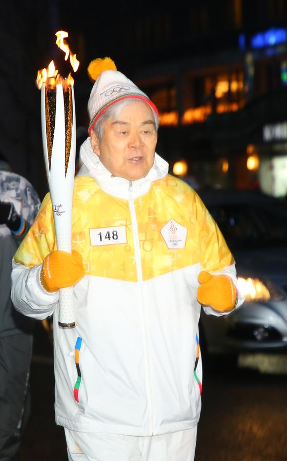 2018년 1월 서울 광화문에서 평창겨울올림픽 성화봉송에 나선 조 회장. [연합뉴스]
