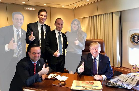 도널드 트럼프 미국 대통령이 2017년 11월 아시아순방 도중 에어포스원에서 백악관 측근들과 찍은 대선 승리 1주년 기념사진. 롭 포터 전 보좌관(뒷줄 첫째)과 호프 힉스 공보국장(넷째)은 떠나고, 사위 재러드 쿠슈너 선임보좌관(둘째), 밀러 보좌관(셋째), 댄 스캐비노 소셜미디어 보좌관만 남았다.