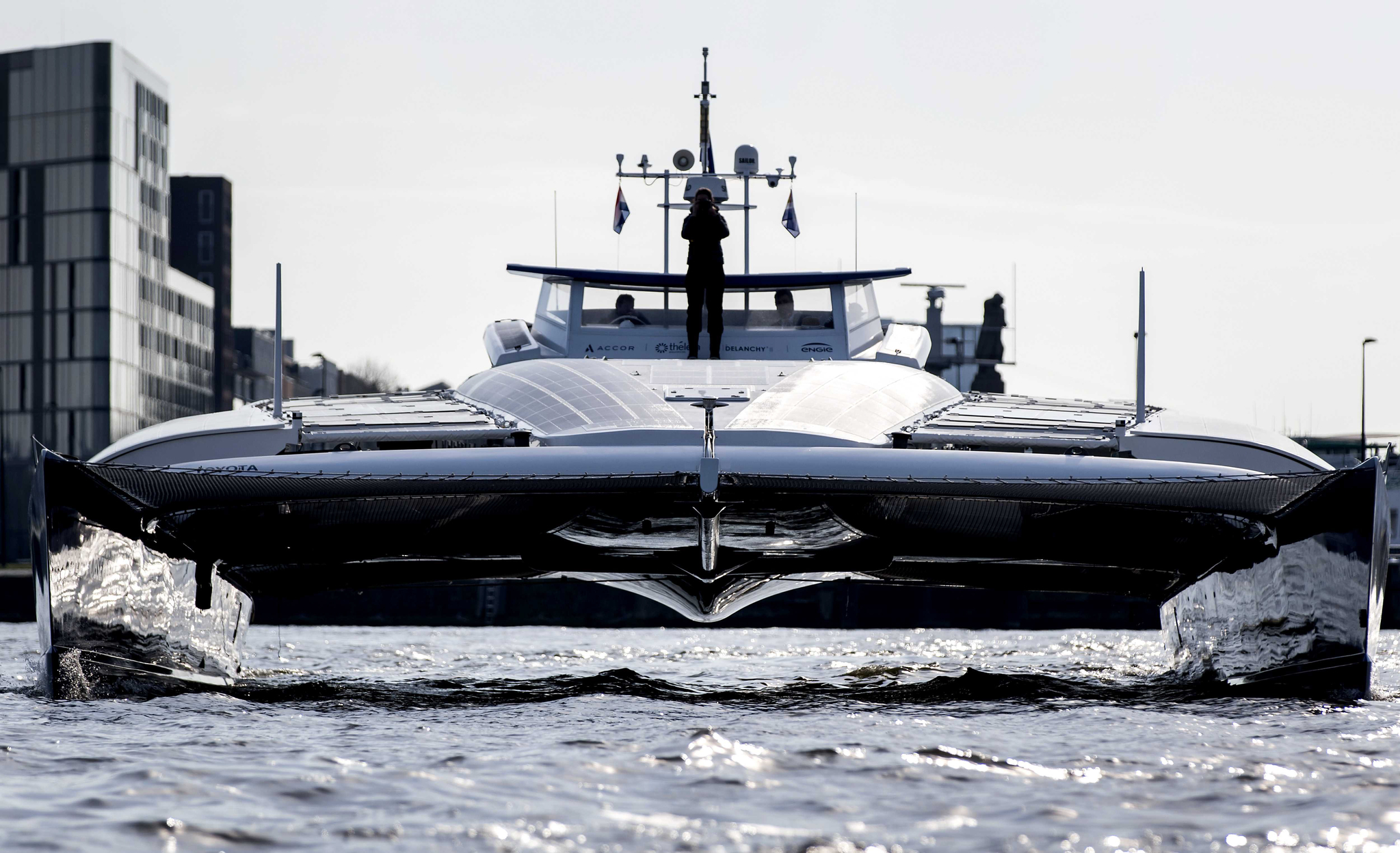 세계 최초의 수소보트 '에너지 옵저버(Energy Observer)'가 지난 5일 네덜란드 암스테르담 항구에 도착하고 있다.[EPA=연합뉴스]