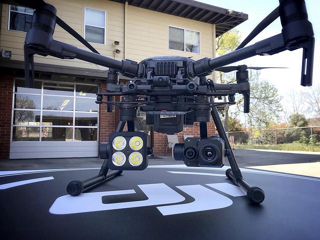 2018년 캘리포니아 멘로파크에서 공개한 FLIR시스템이 설계한 열영상 카메라를 장착한 DJI 드론. 앨라배마 주는 지난 3월 토네이도로 파괴된 건물에서 생존자를 찾기 위해 열추적 드론을 이용했다. [AP=연합뉴스]