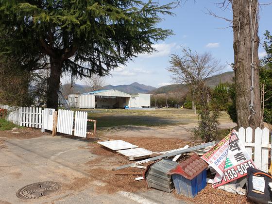 지난달 경남 김해 도요창작스튜디오. 출입금지 테이프가 붙어 있거나 문이 부서져 있다. [위성욱 기자]