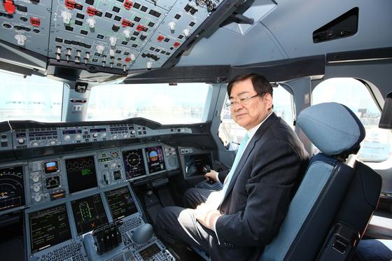 2011년 5월 프랑스 툴루즈에서 대한항공이 첫 인수한 A380 1호기 조종석에 앉아 있는 고(故) 조양호 한진그룹 회장 [중앙포토]