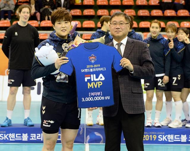 2018~2019 SK핸드볼코리아리그 여자부 MVP를 수상한 부산시설공단 류은희. 대한핸드볼협회 제공
