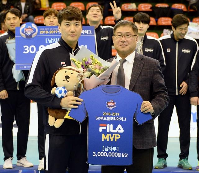 2018~2019 SK핸드볼코리아리그 남자부 MVP를 수상한 두산 정의경. 대한핸드볼협회 제공
