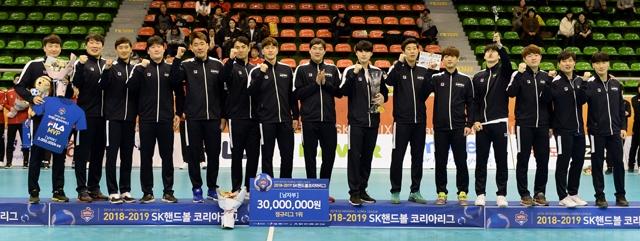 2018~2019 SK핸드볼코리아리그 남자부 정규리그 1위를 차지한 두산 선수단. 대한핸드볼협회 제공