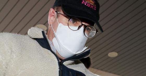 마약 투약 혐의로 체포된 로버트할리 마약류 투약 혐의로 체포된 방송인 하일씨가 9일 오전 경기도 수원시 장안구 경기남부지방경찰청에서 조사를 위해 압송되고 있다. [뉴스1]
