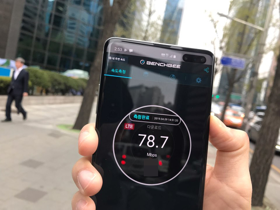 본지가 9일 서울 을지로 IBK 기업은행 앞에서 '벤치비'란 애플리케이션을 이용해 5G 속도를 측정하고 있는 모습. 3군데 측정 결과 모두 LTE 신호만 잡혀 5G 속도 측정에 실패했다. 김영민 기자